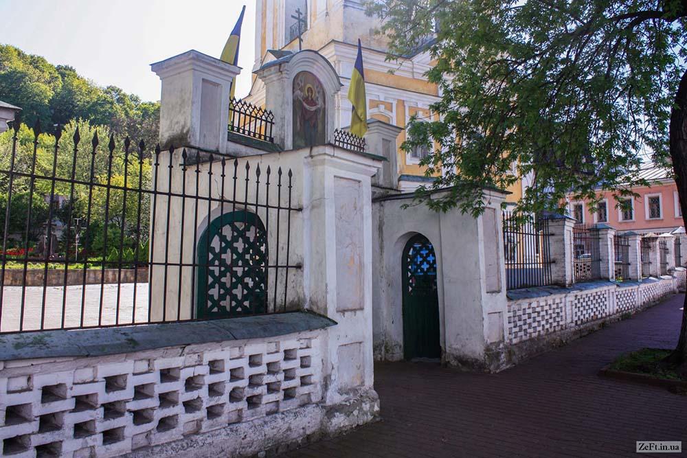 Вход на территорию Покровской церкви