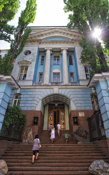 Вход в здание музея