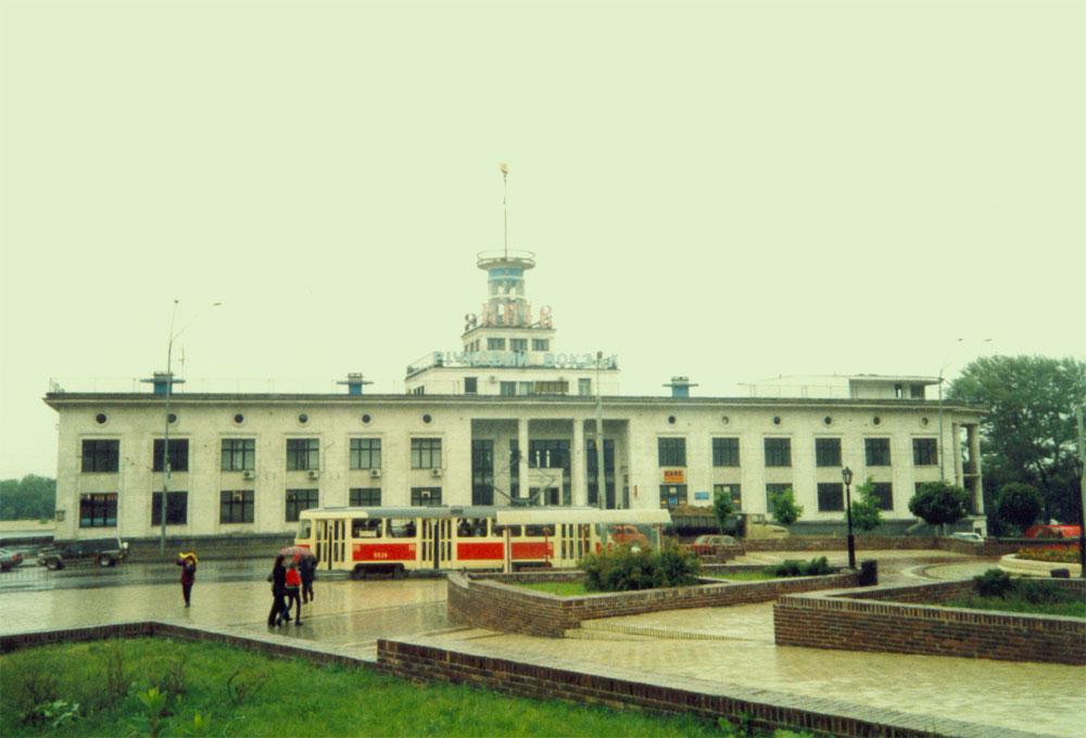 Речной вокзал - вид с Почтовой площади, по набережной ещё ходит трамвай