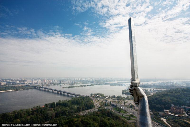Меч высотой в 16 метров