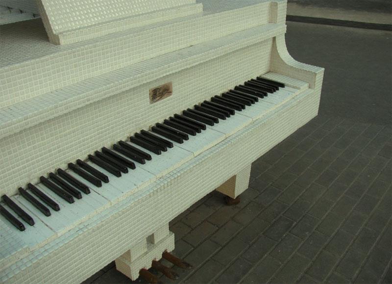 Секрет рояля возле педалей