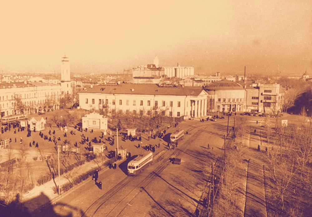 Здание театра и площадь перед ним после войны