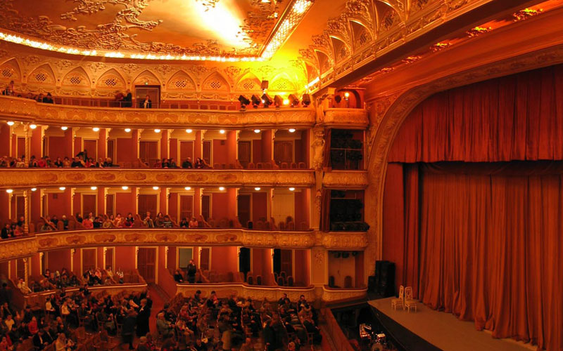 Сцена, оркестр и зрители