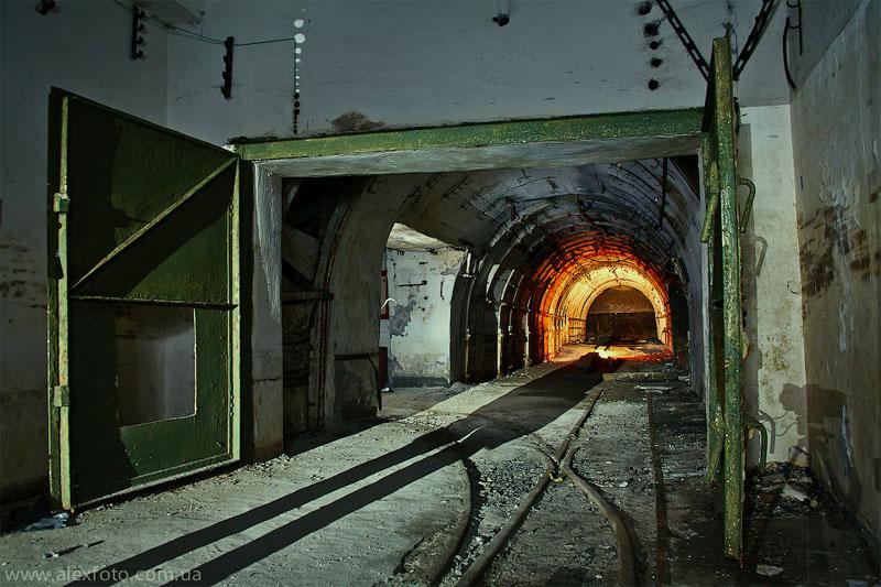 У входа в макет шахты