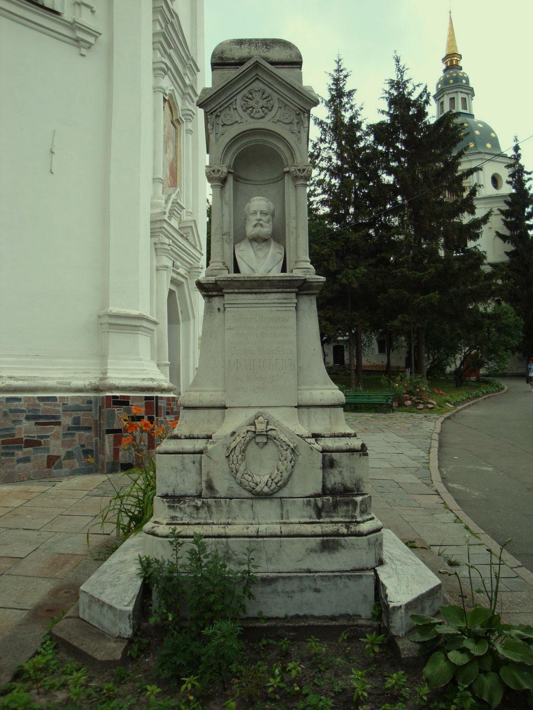 Памятник в некрополе