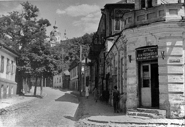 Улица Кожемяки (на фоне Андреевская церковь)