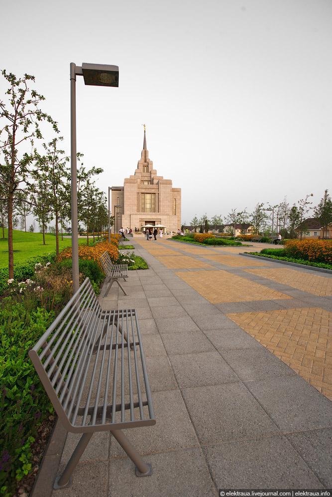 Аллея перед входом в храм
