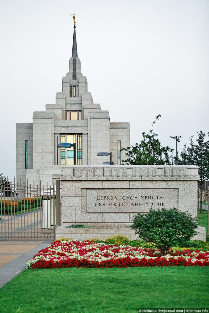 У входа на территорию церкви