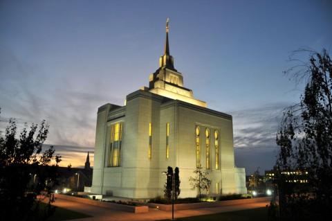 Храм мормонов вечером