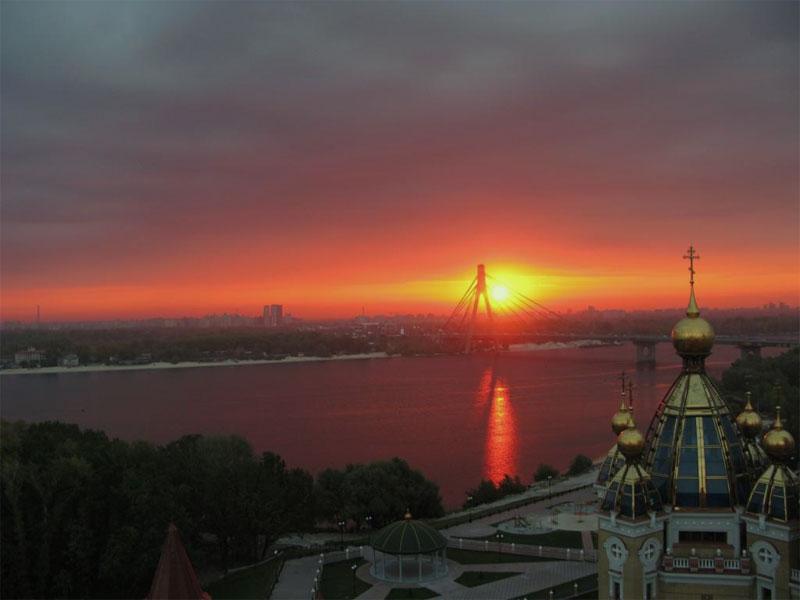Вид на Московский мост и парк Дружбы Народов
