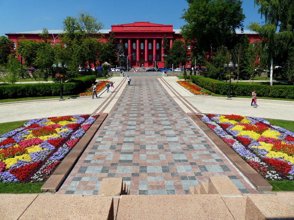 Вид на университет из одноименного парка