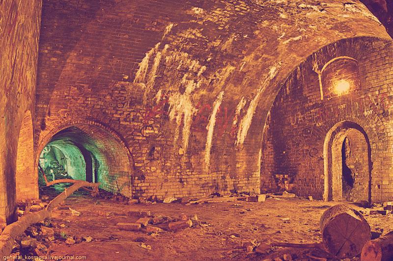 Внутри нижней стены