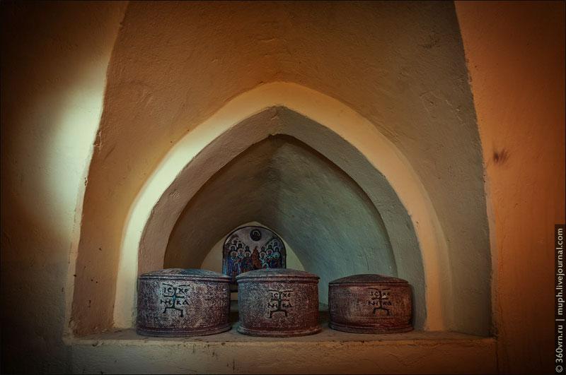 Мощи святых в пещерах